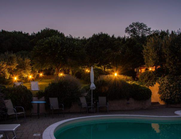case-leonori-zwembad-avond-lichtjes