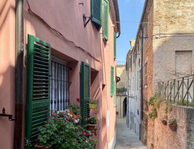 Treia-marche-Italie-doorkijk-straatje